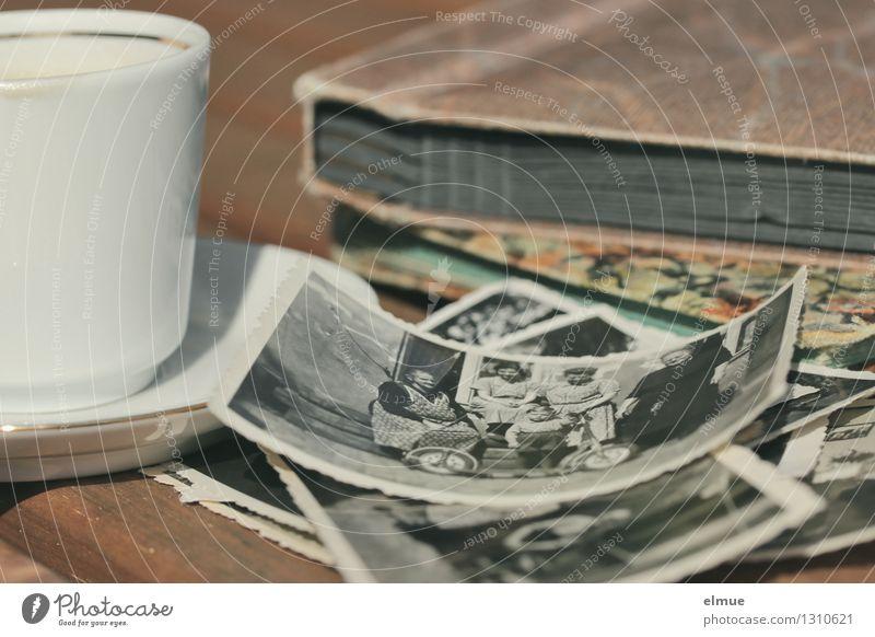 Neugier Tasse Fotografie Fotoalbum Buch Roman Erzählung Vergangenheit alt historisch einzigartig Originalität Zusammensein Romantik Interesse Überraschung