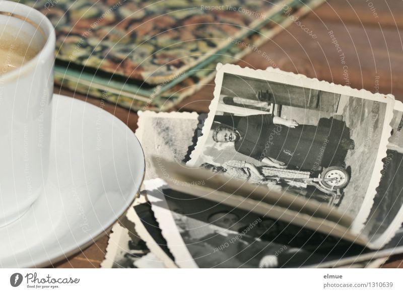 herausgekramt Espresso Tasse Papier Fotoalbum Fotografie Roman Erzählung historisch einzigartig Originalität dankbar Traurigkeit Schmerz Trauer verlieren