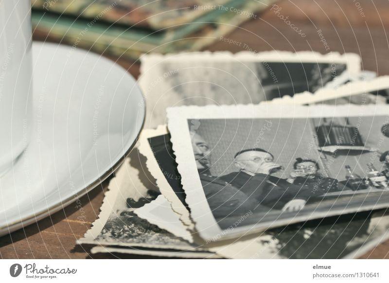 bei einem Käffchen Traurigkeit träumen Kindheit Fotografie Vergänglichkeit einzigartig Papier Ewigkeit historisch Trauer Vergangenheit Schmerz Tasse Nostalgie Trennung Originalität