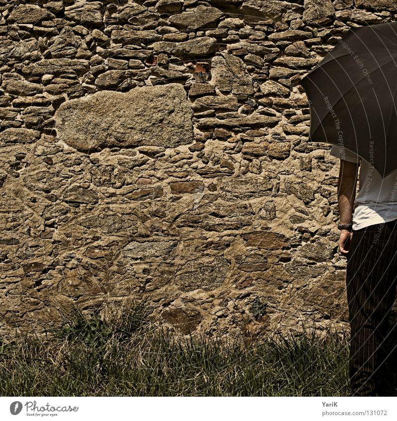 anschnitt Mann weiß Freude Ferien & Urlaub & Reisen ruhig schwarz Wand Stein Mauer Beine braun warten Arme Fröhlichkeit T-Shirt stehen