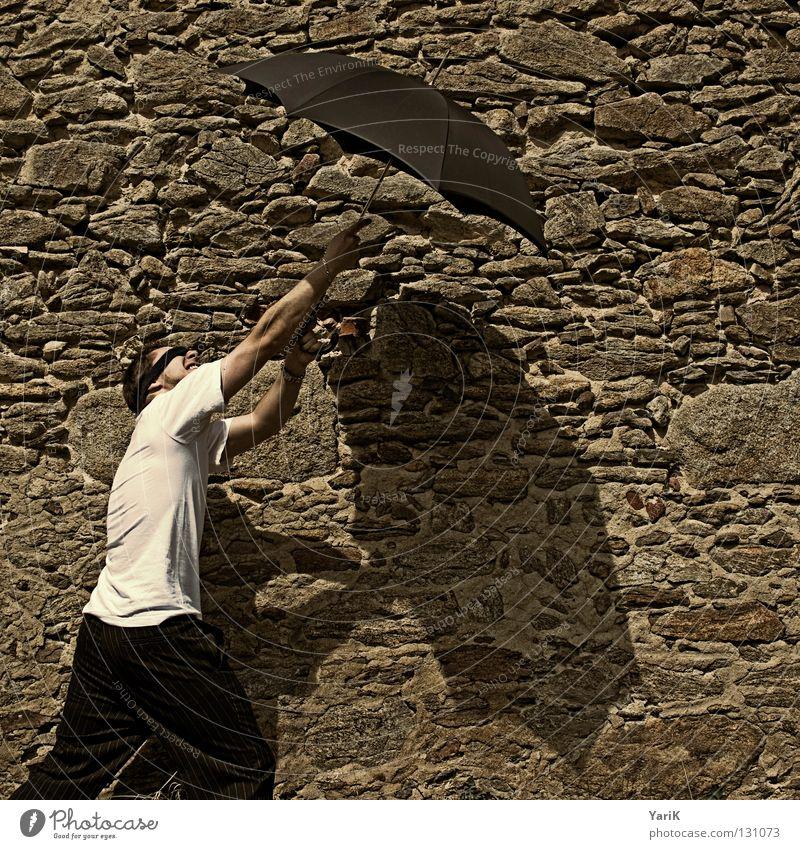 steinfall Mann weiß Freude Ferien & Urlaub & Reisen schwarz Wand Stein Mauer Regen Beine braun Arme Schilder & Markierungen Fröhlichkeit T-Shirt Aussicht