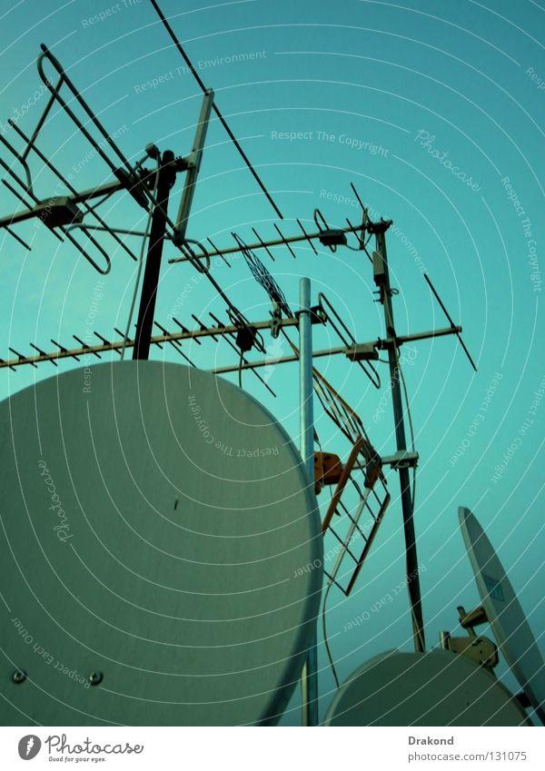 Roofs and antennas Himmel Einsamkeit ruhig Haus Landschaft Gebäude glänzend Dach Industriefotografie Frieden Terrasse Antenne Einkommen Frequenz verwüstet