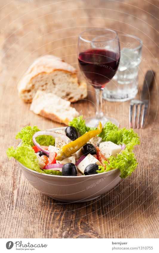 Griechensalat schwarz Lebensmittel lecker gut Bioprodukte Brot Schalen & Schüsseln Backwaren Scheibe Teigwaren Vegetarische Ernährung Salatbeilage Salat Tomate Pfeffer Käse