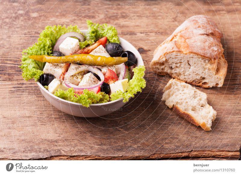 Griechischer Salat Holz Lebensmittel einfach lecker gut Bioprodukte Brot Schalen & Schüsseln Scheibe Vegetarische Ernährung Tomate Salatbeilage Käse rustikal