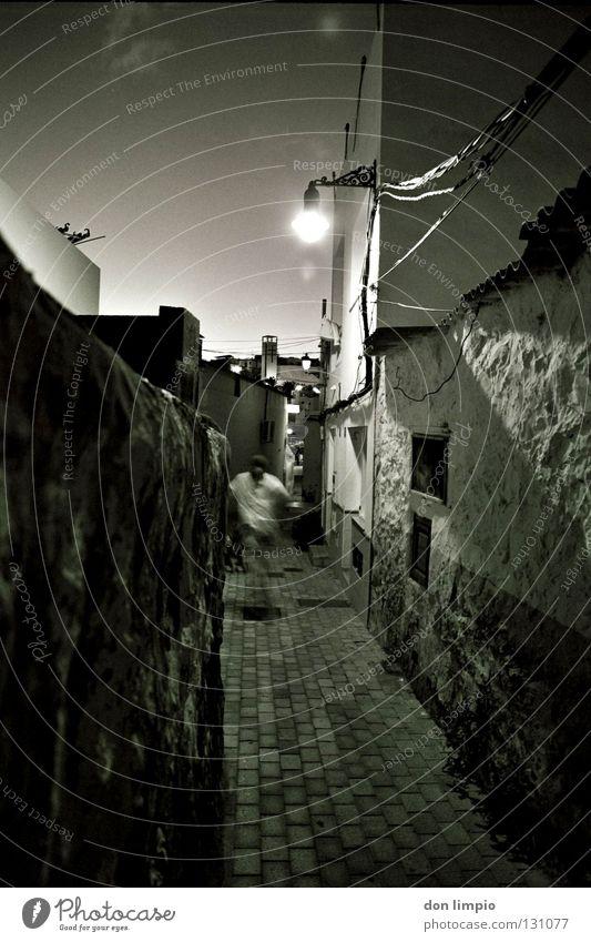 (ohne Titel) analog Gasse Haus Licht Fuerteventura Wand Europa Schwarzweißfoto Wege & Pfade Abend Mensch