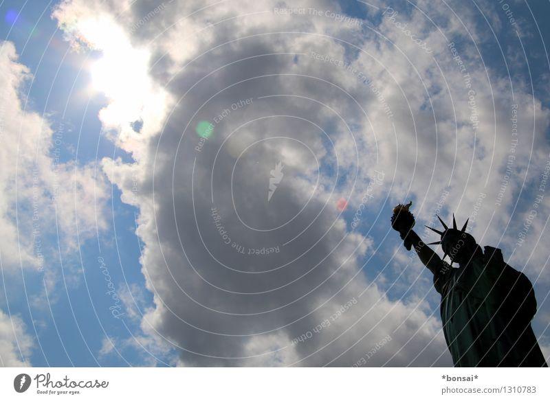 hände hoch Ferien & Urlaub & Reisen Tourismus Sightseeing Städtereise Statue Wolken Sonne Sommer Schönes Wetter New York City USA Hafenstadt Bauwerk Architektur