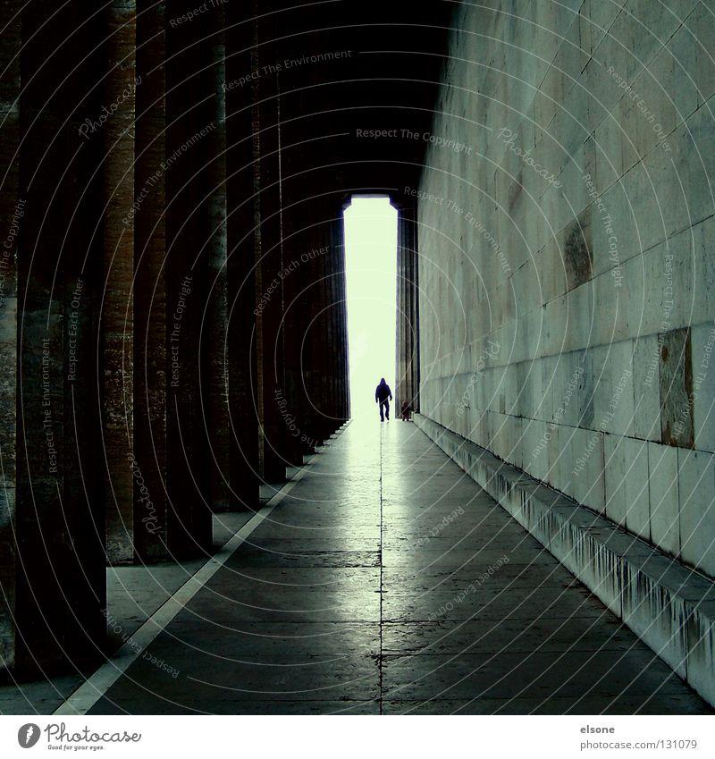::DER WEG ZUR ERLEUCHTUNG:: Mann klein groß Ferne Tempel Regensburg Macht Tunnel Licht Gegenlicht Gotteshäuser Wahrzeichen Denkmal Mensch Wege & Pfade Säule