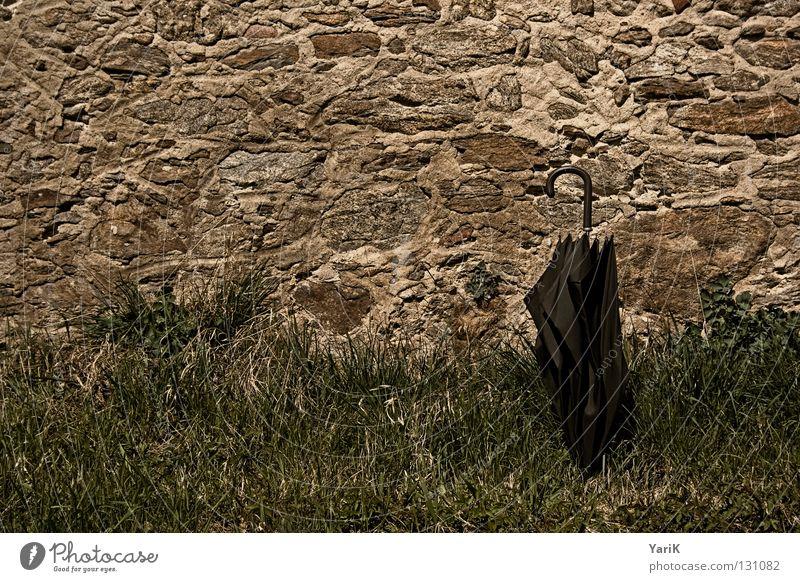 pause alt grün Freude schwarz dunkel Wiese Wand Gras Stein Mauer braun Regenschirm verfallen Verfall Steinmauer Steinwand