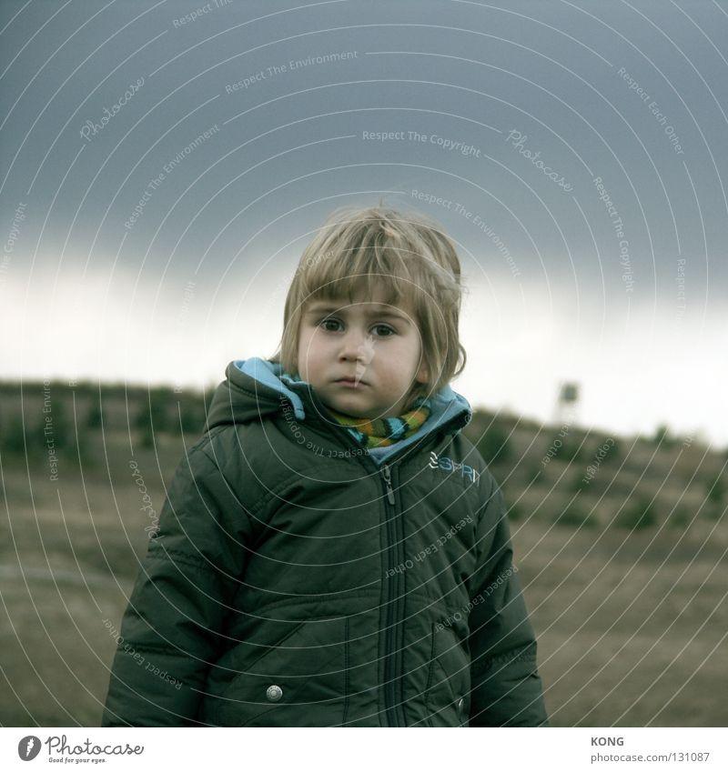 durchschaut Kind klein Wetter süß Konzentration Kleinkind skeptisch Durchblick Zwerg Regenwolken Wicht