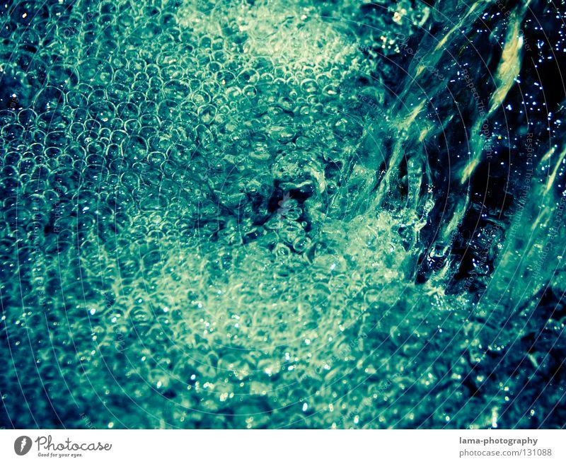 Viele kleine Blubbls Natur Wasser blau Luft glänzend nass frisch Fluss abstrakt rein fallen Klarheit Flüssigkeit türkis feucht Sturz