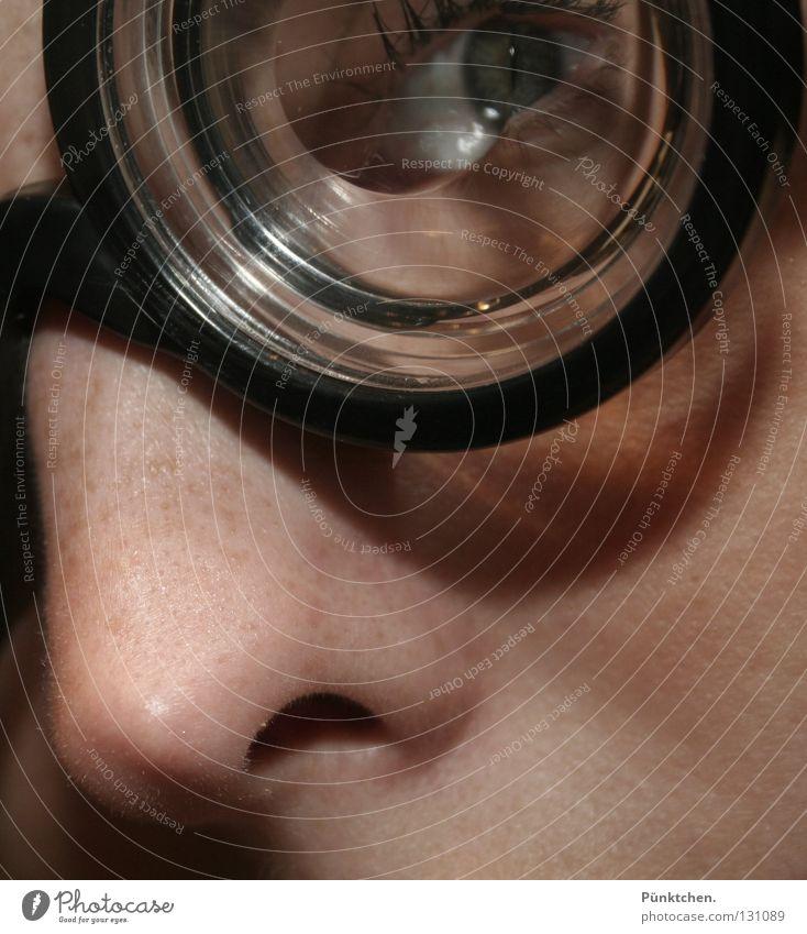 Bullauge Gesicht schwarz Auge lustig Haut Glas Nase rund Brille Arzt skurril durchsichtig Wange bleich Sommersprossen Wimpern