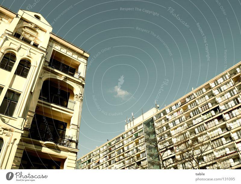 Nachbarn Himmel blau Haus Fenster Leben Berlin Fassade Häusliches Leben Hoffnung Balkon Plattenbau Miete Antenne Mieter Altbau Migration