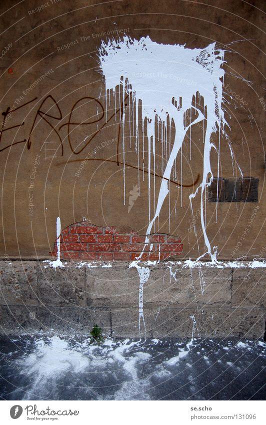 Zeichen der Zeit I Fleck weiß Wand Mauer Putz Backstein Buchstaben Schmiererei protestieren keine Ahnung obskur Farbe Stein Schriftzeichen werfen Farbbeutel