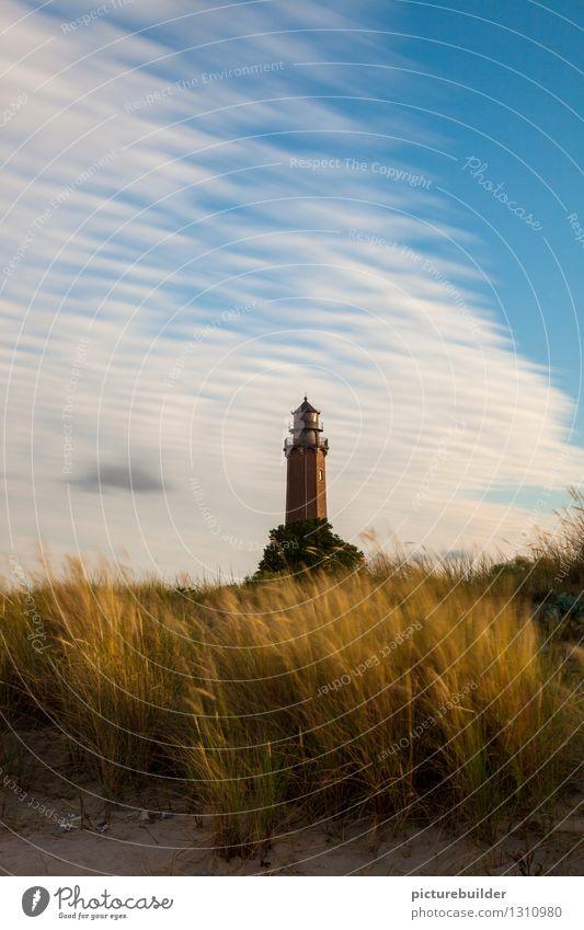 Leuchtturm im Abendlicht Tourismus Sommer Strand Küste Ostsee Meer Menschenleer Verkehrszeichen blau gold Hoffnung Vertrauen Farbfoto Außenaufnahme