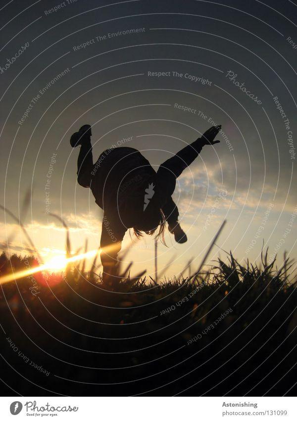 neben der Sonne Licht Handstand Wiese Gras Halm Sonnenstrahlen dunkel Freude Schatten Bewegung Mensch Himmel Wilken Abend Kontrast Beine Fuß