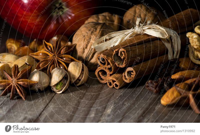 Weihnachtsgewürze Kräuter & Gewürze Sternanis Zimt Walnuss Pistazie Apfel Weihnachten & Advent Vorfreude Duft genießen Würzig lecker Stillleben Farbfoto