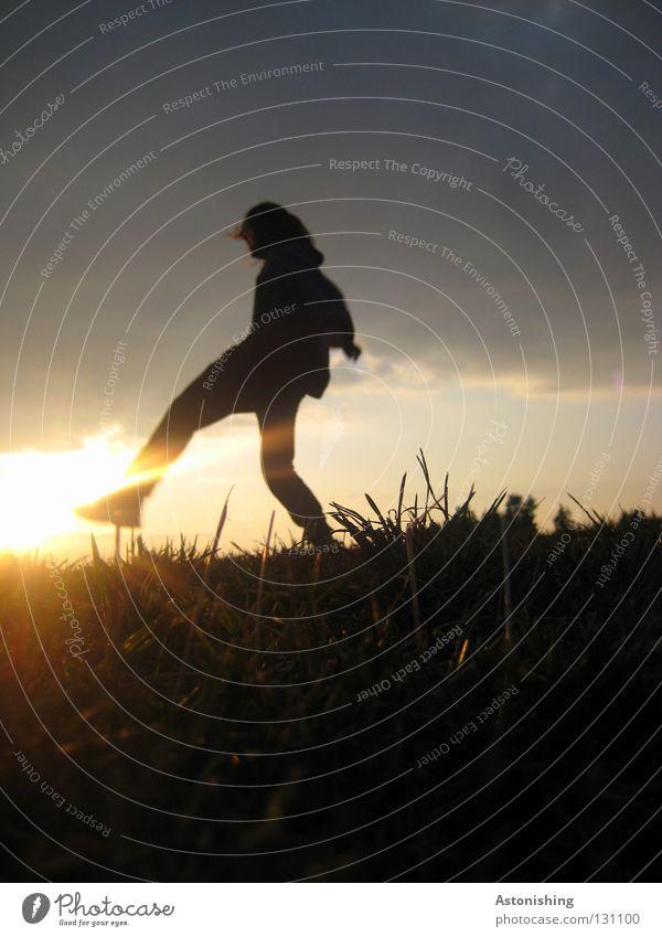 Tritt gegen die Sonne Mensch Wolken Wiese Spielen Beine Lampe Stimmung Fuß Beleuchtung treten