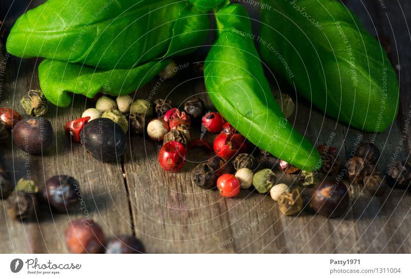 Basilikum mit Pfeffermischung grün rot schwarz Gesundheit frisch Scharfer Geschmack Kräuter & Gewürze Vegetarische Ernährung Schneidebrett Italienische Küche Pfefferkörner Basilikumblatt