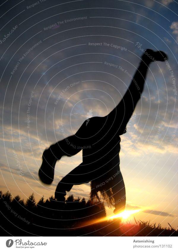 die Hand auf der Sonne Handstand Bewegung Wolken Stimmung Licht Sonnenstrahlen Sonnenuntergang Spielen Beine Fuß Mensch Mann Figur Himmel Abend Haare & Frisuren