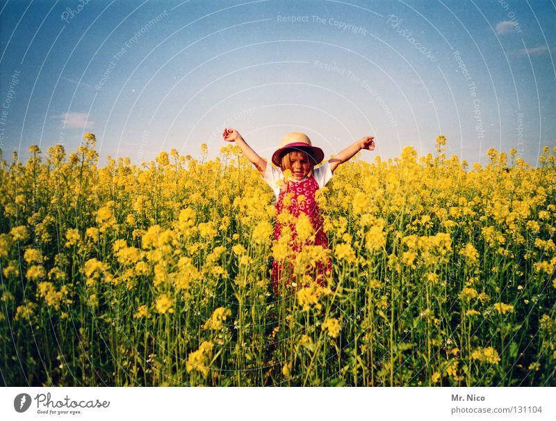 Freiheitsstatue Kind Himmel grün blau Mädchen Sonne Freude Sommer Wolken gelb Freiheit Bewegung Mund blond Arme frei