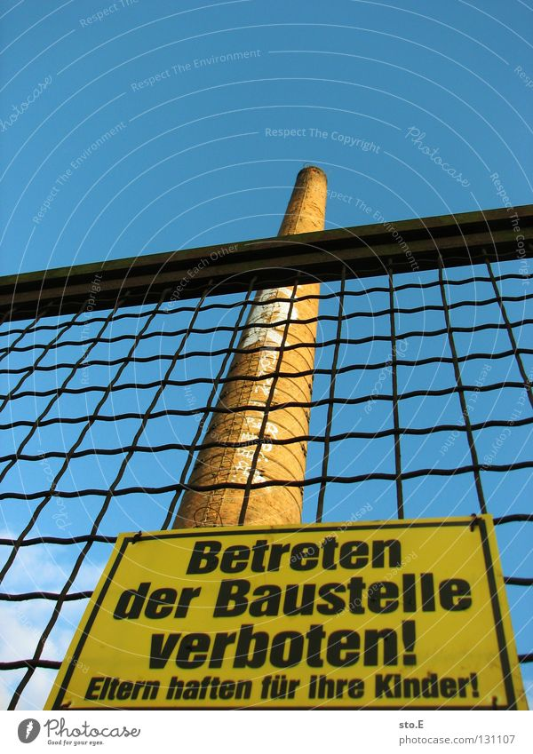 gesetzliche vertreter Himmel blau Schilder & Markierungen hoch geschlossen Industrie kaputt Baustelle Turm Zeichen verfallen Hinweisschild Zaun Schönes Wetter Schornstein