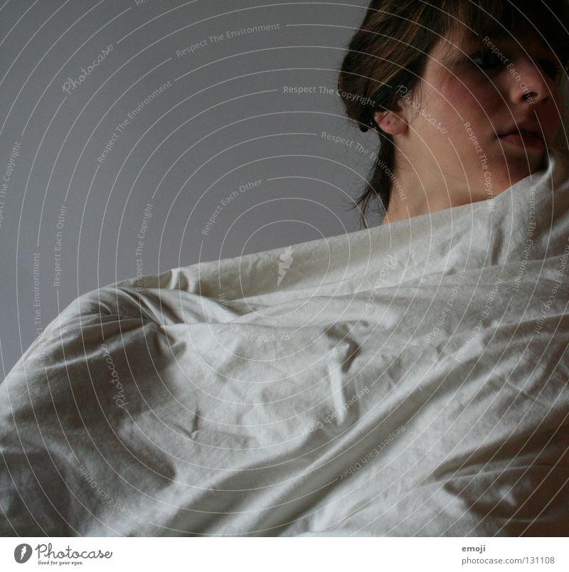 Bettstudie Bettdecke Studie Jugendliche Hochsteckfrisur braun Frau Junge Frau grau weiß verdeckt Wange weich kuschlig aufwachen Dämmerung Wohnung Schlafzimmer