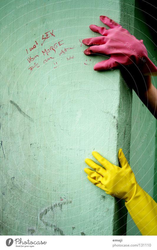 Handschuhe Gummi rosa gelb knallig Rauschmittel türkis Wand beschrieben dreckig Reinigen edel skurril seltsam Karneval obskur Finger bedrohlich Detailaufnahme