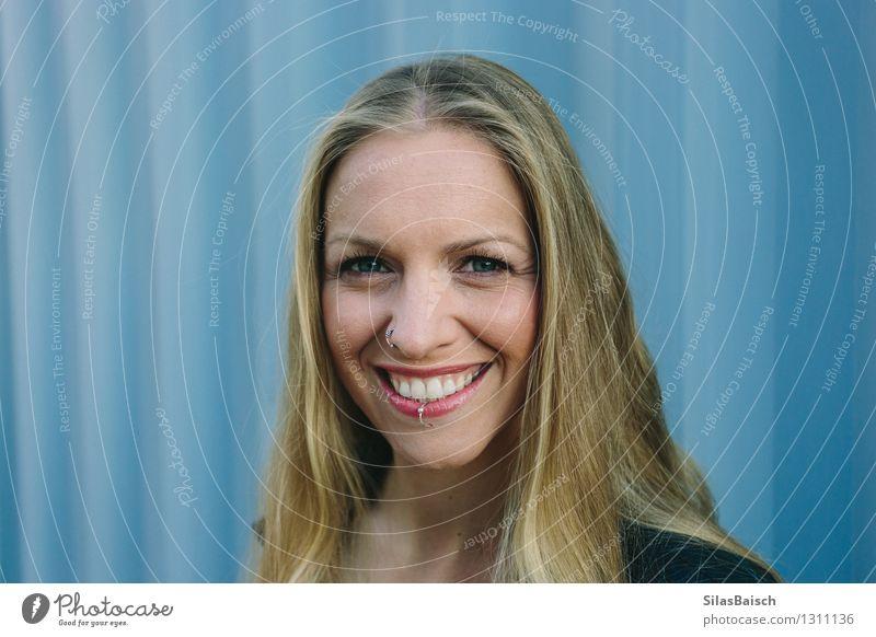 Großes Lächeln Mensch Frau Jugendliche blau schön Junge Frau Freude 18-30 Jahre Gesicht Erwachsene Gefühle feminin Stil Haare & Frisuren Lifestyle Kopf