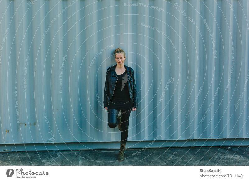Mensch Frau Jugendliche Stadt blau Junge Frau Freude 18-30 Jahre schwarz Erwachsene Wand Gefühle feminin Mauer Glück Lifestyle