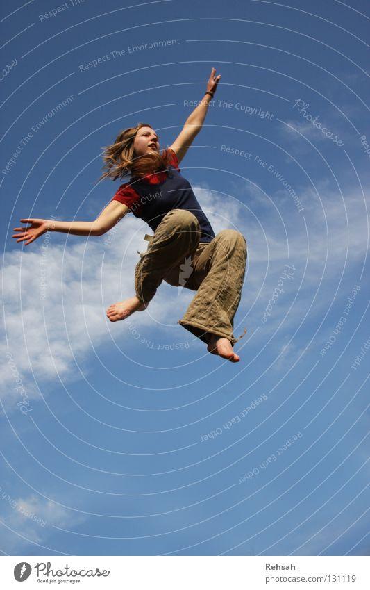 Schon im Himmel springen frei Ferne Wolken Barfuß Übermut Lebensfreude rot Frau Freude fliegen Freiheit Luftverkehr Freedom hoch blau Kraft Arme ausbreiten