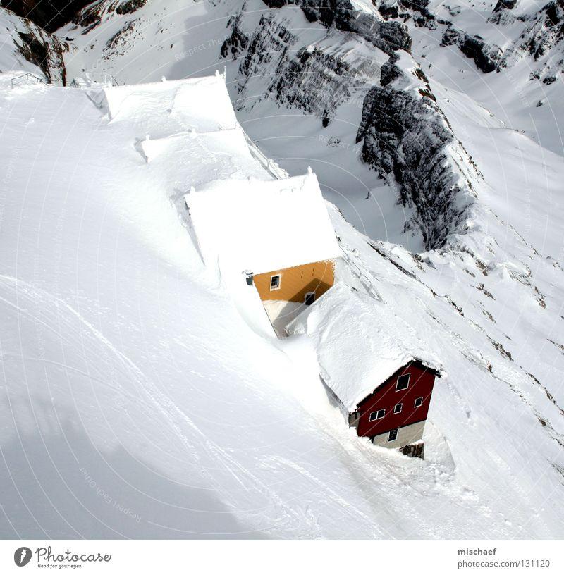 Wann wirds wieder Sommer? Berg Säntis Schweiz weiß Haus rot gelb Dach Schnee Holzhütte Berghütte Holzhaus Klippe Berghang Gipfel ruhig Pause stagnierend