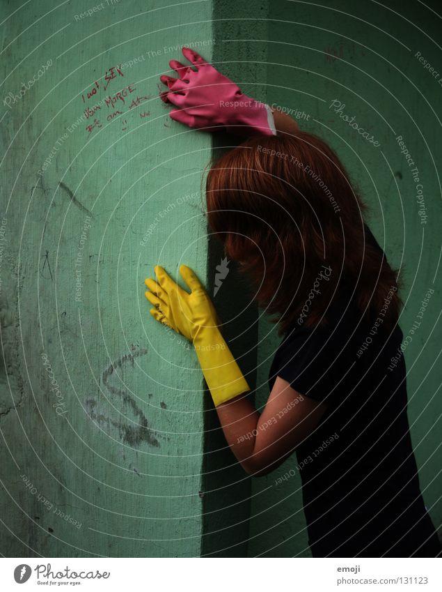 *anschleich* Hand schön Freude gelb Farbe dunkel Wand dreckig lustig rosa Rücken Finger Ecke Schriftzeichen bedrohlich Karneval