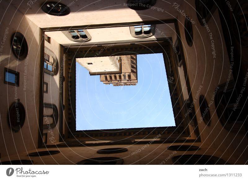 Innereien Himmel Stadt blau Haus Fenster Wand Architektur Mauer Religion & Glaube braun Fassade Kirche Italien Schönes Wetter Turm historisch