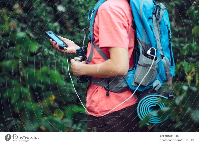 Mobiltelefon während der Reise aufladen Mensch Ferien & Urlaub & Reisen Jugendliche Junger Mann wandern 13-18 Jahre Ausflug Abenteuer Kabel Handy Rucksack