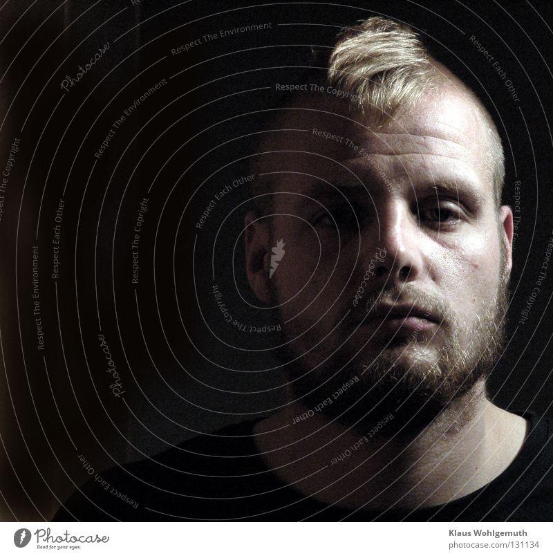 aus dem dunkeln Mann Gesicht Haare & Frisuren Mund Nase trist bedrohlich Falte Bart vertikal Punk Stirn Hoffnungslosigkeit Porträt rasiert
