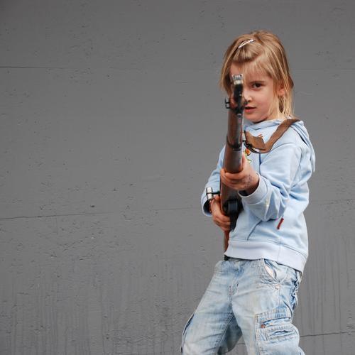 treffsicher Kind Mädchen Gewehr Schußwaffen Krieg Feindschaft Spielen authentisch Gefecht zielen schießen Unfall Dekadenz Dieb Untergrund Guerilla