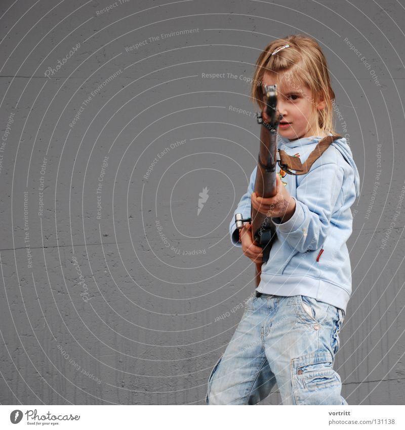 treffsicher Mensch Kind Mädchen Tod Spielen Angst authentisch Frieden Gewalt Krieg Waffe Soldat Unfall Panik Politik & Staat Dieb
