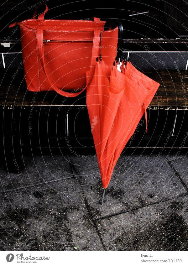 Regen rot Arbeit & Erwerbstätigkeit Freizeit & Hobby Bekleidung Bank Regenschirm Bürgersteig Café Tasche Leder Handtasche Straßencafé Arbeitsweg Ledertasche