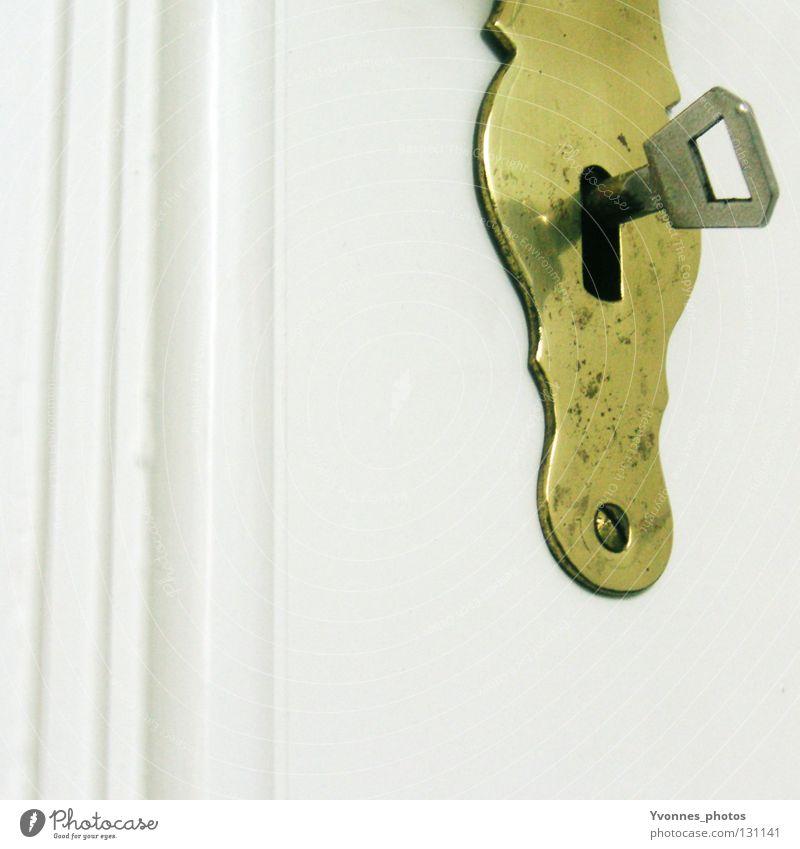 Secretkeeper Schlüssel geheimnisvoll geschlossen Türrahmen Eisen alt schließen Schlüsselloch Altbau Holz Holztür weiß Sicherheit Eingang Ausgang Flur Wohnung