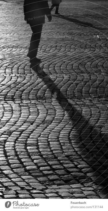 lange Schatten Schwarzweißfoto Außenaufnahme Abend Licht Kontrast Silhouette ruhig Mensch 2 Düsseldorf Stadt Altstadt Platz Verkehrswege Fußgänger Straße Stein