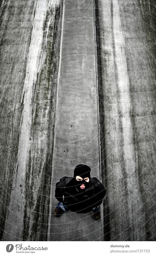take a look II Mann alt schwarz dunkel oben Mund dreckig hoch Ecke stehen Coolness Streifen Maske Freundlichkeit Jacke Bürgersteig