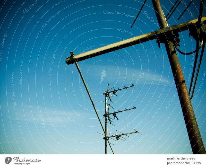 RUNDFUNKEMPFÄNGER Dach Haus Gebäude Antenne Wellen Frequenz verzweigt Funktechnik Radiowellen streben Abgas Luft heizen Sommer Sonnenstrahlen schön Wolken