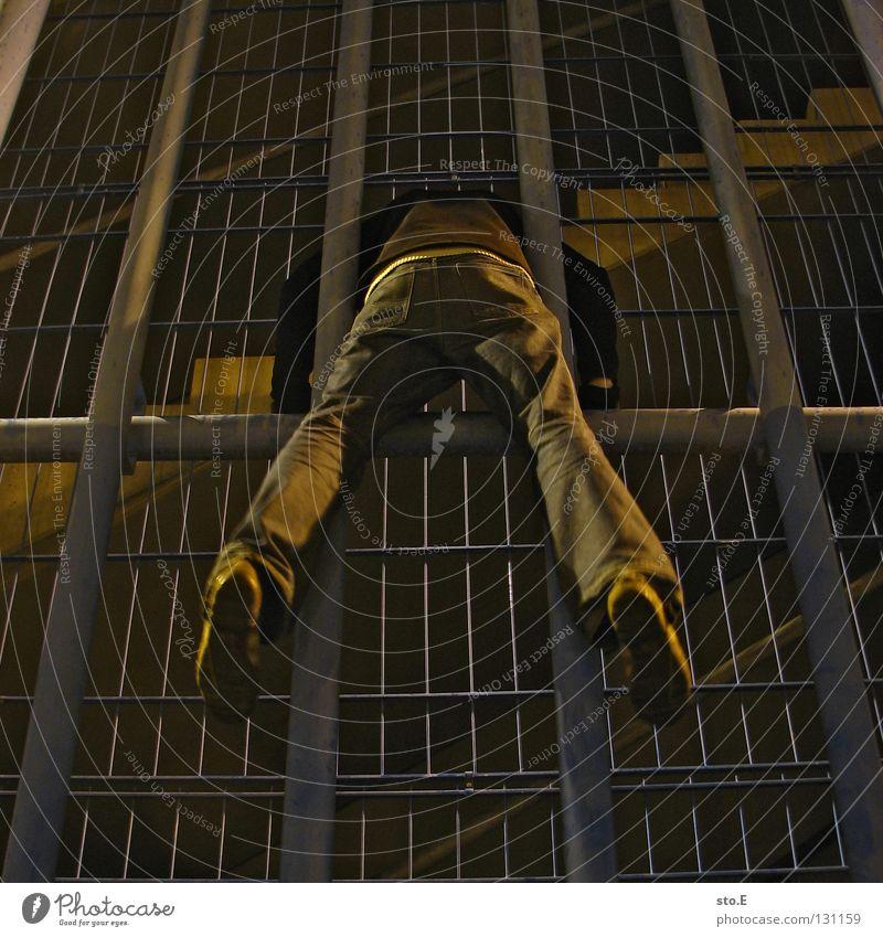 dark | inquisitive Kerl Körperhaltung Nacht dunkel schwarz Kunstlicht Lampe Parkdeck parken Handschuhe Mütze glänzend Mitternacht kalt frieren Treppenhaus