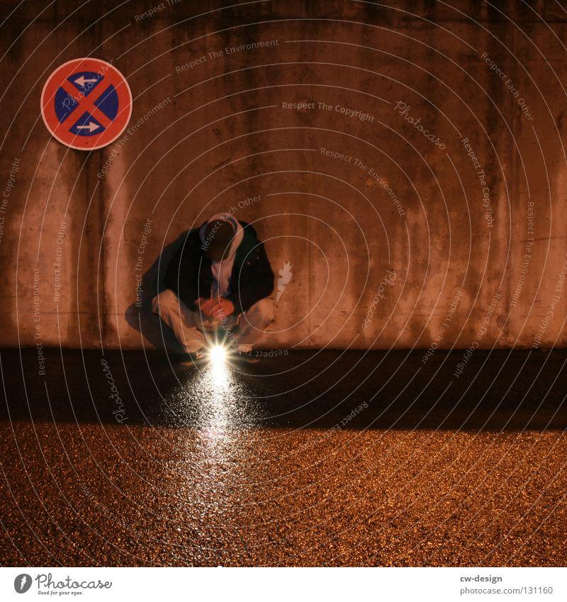dark | enlightenment IV Nachtaufnahme Erkenntnis nass feucht Notausgang Beton hocken Trauer Verzweiflung Winter Herbst Design Symbole & Metaphern Licht