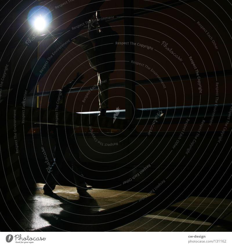 dark | twosome Nacht dunkel maskulin Licht planen Nachtaufnahme Erkenntnis unten stark kämpfen treten wehren Kerl Körperhaltung schwarz Kunstlicht Lampe