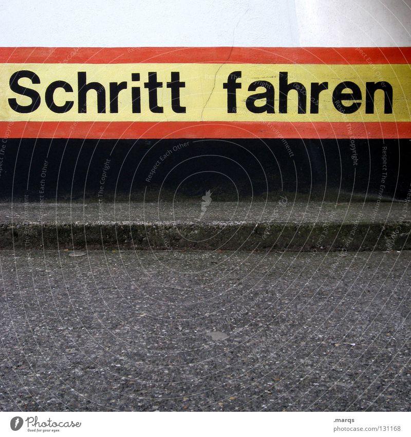 Slowly weiß rot schwarz gelb Straße grau Verkehr fahren Schriftzeichen Buchstaben Verkehrswege Typographie Parkplatz parken Garage schreiten
