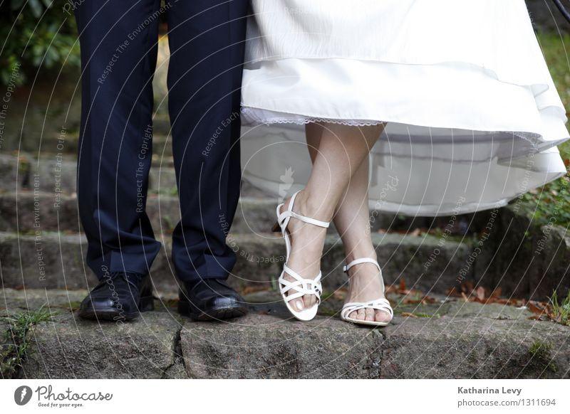 2 Feste & Feiern Hochzeit Mensch Frau Erwachsene Mann Paar Partner Leben Fuß Beine stehen schwarz weiß Glück Lebensfreude Frühlingsgefühle Coolness Optimismus
