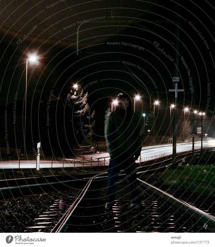 go your own way Mann 16 Gleise Langzeitbelichtung Nacht Krimineller Coolness Laterne Straßenbeleuchtung dunkel Rapper Stil kalt Körperhaltung gefährlich Mut