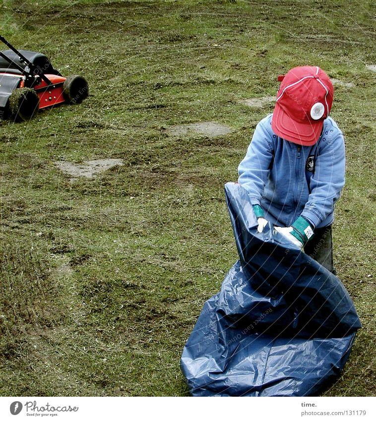 GartenZwerg, sich nützlich machend Kind blau grün rot Wiese Gras Junge Park Arbeit & Erwerbstätigkeit Freizeit & Hobby Aktion Rasen Müll Beruf Konzentration