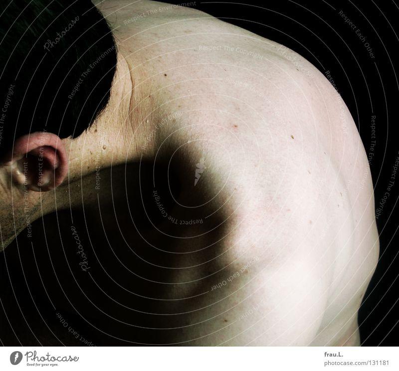 Schulter Mann Nacken nackt Licht krumm gebeugt Rippen dünn 50 plus dunkel Mensch Falte Schulterm Ohr Haut Stoppel Bartstoppel Schatten Porträit Hals Rücken